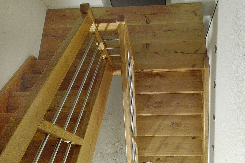 Holztreppe mit Eckpodest
