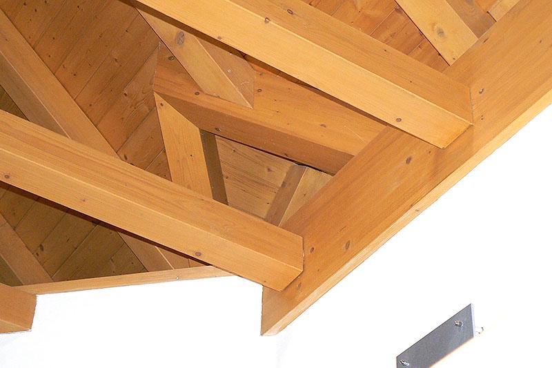 Innenausbau im Rohzustand: Ecklösung beim Sichtdachstuhl