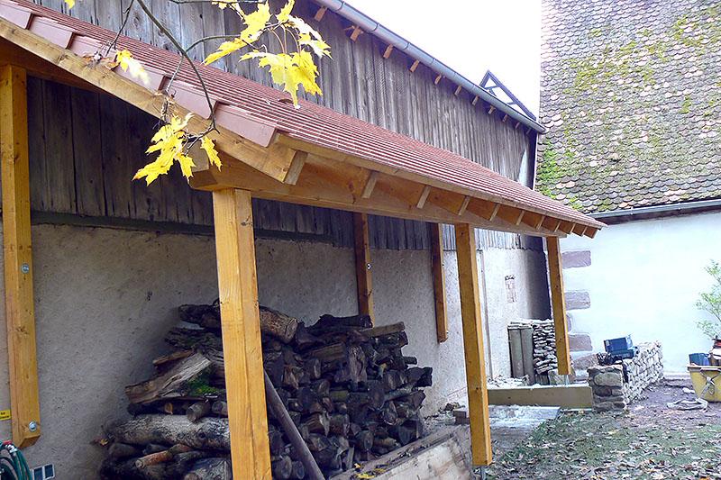 Ein überdachtes Holzlager